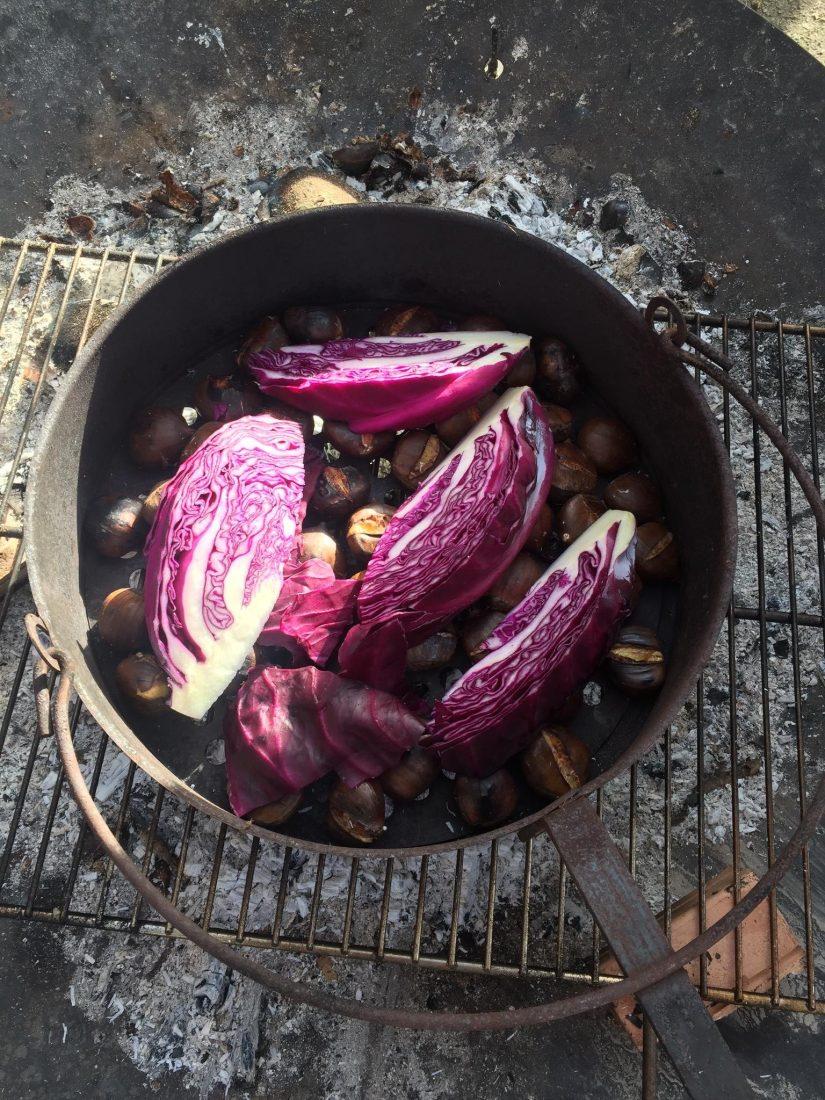 Maroni mit Rotkohl auf dem Grill